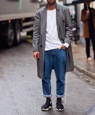 Moda uomo anni 20: Scegli un outfit composto da un soprabito a spina di pesce grigio e jeans blu se cerchi uno stile ordinato e alla moda. Opta per un paio di scarpe sportive nere per un tocco più rilassato.