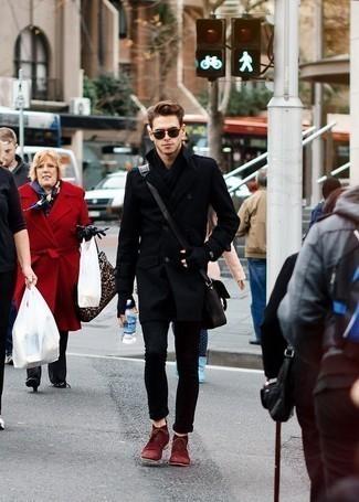 Come indossare e abbinare jeans neri: Scegli un outfit composto da un soprabito nero e jeans neri per un look davvero alla moda. Per distinguerti dagli altri, prova con un paio di chukka in pelle scamosciata bordeaux.