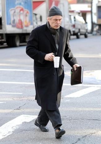 Come indossare e abbinare: soprabito nero, jeans grigio scuro, mocassini eleganti in pelle neri, berretto grigia