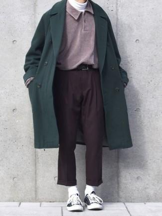 Come indossare e abbinare: soprabito verde scuro, maglia  a polo viola melanzana, dolcevita bianco, pantaloni eleganti marrone scuro