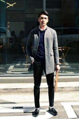 Trend da uomo 2020: Opta per un soprabito grigio e chino neri per un look da sfoggiare sul lavoro. Sfodera il gusto per le calzature di lusso e indossa un paio di mocassini con nappine in pelle neri.