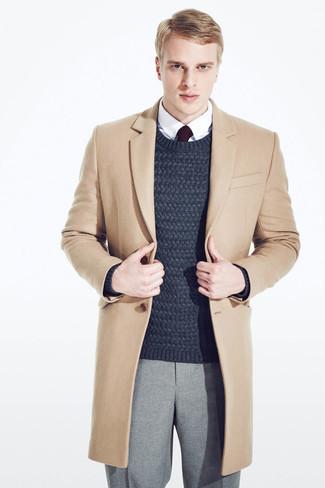 Come indossare e abbinare: soprabito marrone chiaro, maglione a trecce blu scuro, camicia elegante bianca, pantaloni eleganti di lana grigi