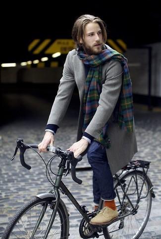Come indossare e abbinare: soprabito verde oliva, maglione a trecce blu scuro, camicia elegante a quadri bianca, jeans blu scuro