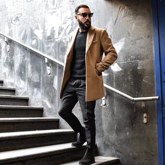 Come indossare e abbinare: soprabito marrone chiaro, maglione a trecce nero, chino neri, stivali chelsea in pelle scamosciata neri