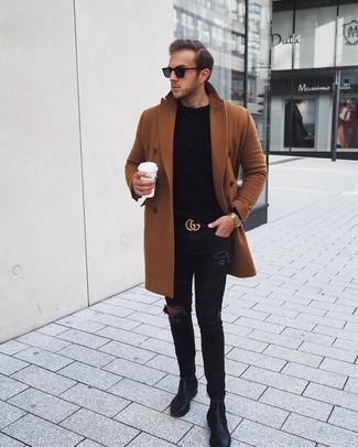 Come indossare e abbinare un maglione a trecce nero: Per un outfit della massima comodità, coniuga un maglione a trecce nero con jeans aderenti strappati neri. Stivali chelsea in pelle neri doneranno eleganza a un look altrimenti semplice.