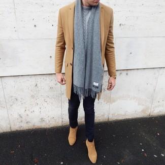 Come indossare e abbinare: soprabito marrone chiaro, maglione a trecce grigio, jeans aderenti blu scuro, stivali chelsea in pelle scamosciata marrone chiaro