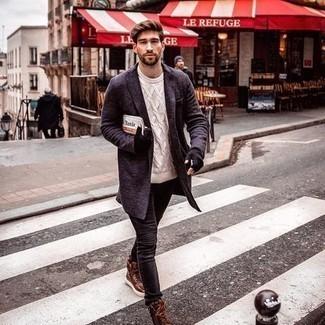Come indossare e abbinare jeans aderenti neri: Scegli un soprabito blu scuro e jeans aderenti neri per un look semplice, da indossare ogni giorno. Indossa un paio di sneakers alte in pelle marroni per avere un aspetto più rilassato.