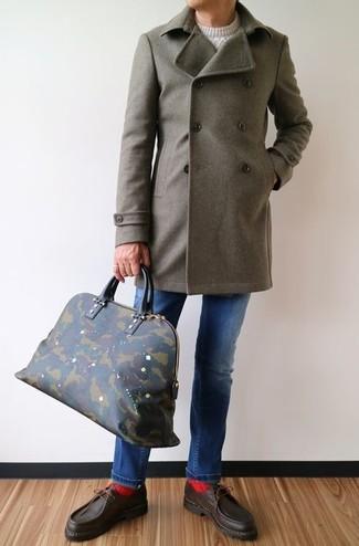 Come indossare e abbinare: soprabito verde oliva, maglione a trecce bianco, jeans blu, scarpe da barca in pelle marrone scuro