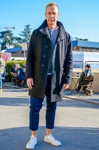 Trend da uomo 2020: Abbina un soprabito nero con chino blu scuro per un look da sfoggiare sul lavoro. Per distinguerti dagli altri, prova con un paio di sneakers basse in pelle bianche.