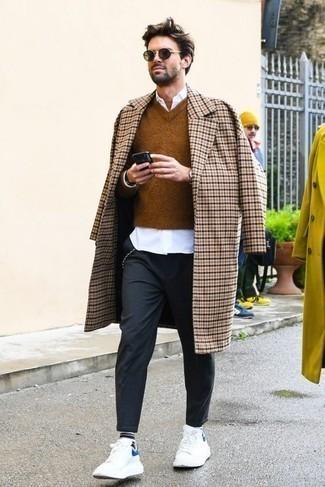 Trend da uomo 2020: Potresti combinare un soprabito a quadri beige con chino grigio scuro, perfetto per il lavoro. Se non vuoi essere troppo formale, calza un paio di sneakers basse in pelle bianche.