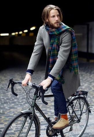 Come indossare e abbinare: soprabito grigio, maglione con scollo a v blu scuro, camicia elegante a quadretti bianca e blu scuro, jeans blu scuro
