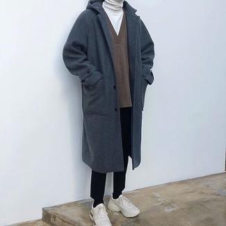Come indossare e abbinare: soprabito blu scuro, maglione con scollo a v marrone, dolcevita bianco, pantaloni eleganti neri