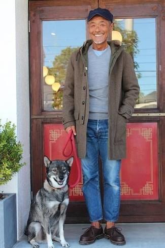 Come indossare e abbinare: soprabito verde oliva, maglione con scollo a v grigio, t-shirt girocollo azzurra, jeans blu