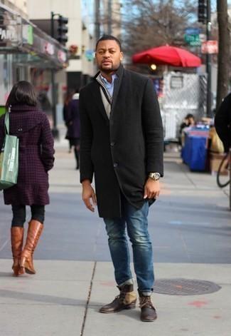 Come indossare e abbinare una camicia a maniche lunghe azzurra: Indossa una camicia a maniche lunghe azzurra con jeans blu per vestirti casual. Lascia uscire il Riccardo Scamarcio che è in te e prova con un paio di stivali casual in pelle marrone scuro per dare un tocco di classe al tuo look.