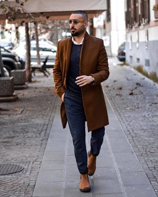 Come indossare e abbinare: soprabito marrone, maglione girocollo blu scuro, camicia a maniche lunghe bianca, chino blu scuro