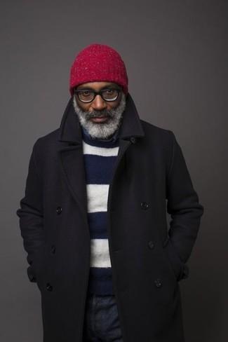 Come indossare e abbinare: soprabito nero, maglione girocollo a righe orizzontali blu scuro e bianco, camicia a maniche lunghe in chambray blu scuro, jeans blu scuro