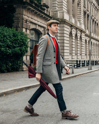 Come indossare e abbinare: soprabito a spina di pesce grigio, maglione girocollo rosso, camicia a maniche lunghe bianca, jeans blu scuro