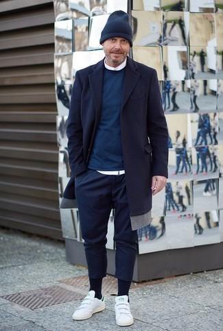 Trend da uomo 2020: Indossa un soprabito blu scuro con chino blu scuro per creare un look smart casual. Per distinguerti dagli altri, mettiti un paio di sneakers basse in pelle bianche.