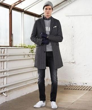Come indossare e abbinare guanti in pelle blu scuro: Un soprabito grigio scuro e guanti in pelle blu scuro sono una combinazione perfetta da usare nel weekend. Perfeziona questo look con un paio di sneakers basse di tela bianche.