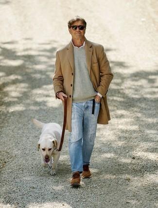 Trend da uomo 2020 in autunno 2020: Scegli un soprabito marrone chiaro e jeans strappati azzurri per un look raffinato per il tempo libero. Aggiungi un tocco fantasioso indossando un paio di scarpe sportive marroni. È fantastica idea per questo autunno!