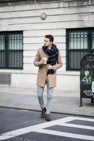 Come indossare e abbinare: soprabito marrone chiaro, maglione girocollo marrone, camicia elegante bianca, pantaloni eleganti a quadri grigi