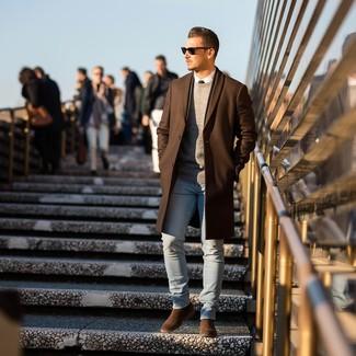 Come indossare e abbinare: soprabito marrone, maglione girocollo grigio, camicia elegante bianca, jeans aderenti azzurri