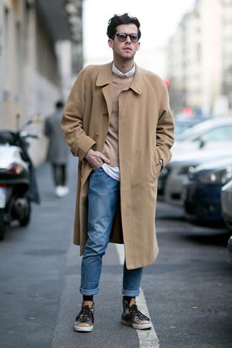 Moda uomo anni 20: Indossa un soprabito marrone chiaro e jeans blu per un look davvero alla moda. Per distinguerti dagli altri, indossa un paio di sneakers alte stampate grigio scuro.