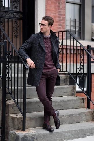 Trend da uomo quando fa gelo: Opta per un soprabito scozzese grigio scuro e chino bordeaux per essere elegante ma non troppo formale. Scegli un paio di scarpe derby in pelle bordeaux per dare un tocco classico al completo.