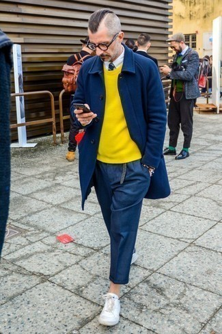 Come indossare e abbinare chino di lana blu scuro: Scegli un soprabito blu scuro e chino di lana blu scuro per creare un look smart casual. Per un look più rilassato, opta per un paio di sneakers basse in pelle bianche.