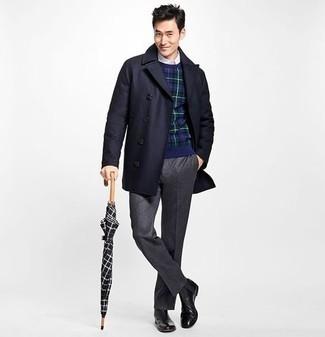 Come indossare e abbinare pantaloni eleganti grigio scuro: L'abbinamento di un soprabito blu scuro e pantaloni eleganti grigio scuro ti donerà un aspetto forte e sicuro. Se non vuoi essere troppo formale, scegli un paio di stivali chelsea in pelle neri.