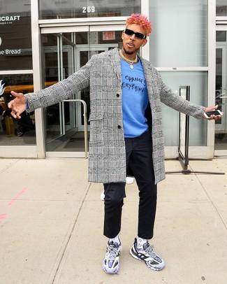Come indossare e abbinare: soprabito con motivo pied de poule bianco e nero, maglione girocollo stampato blu, chino neri, scarpe sportive viola chiaro