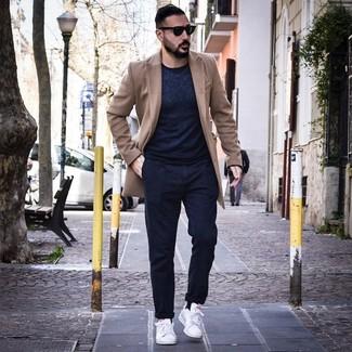 Come indossare e abbinare: soprabito marrone chiaro, maglione girocollo blu scuro, chino blu scuro, sneakers basse in pelle bianche