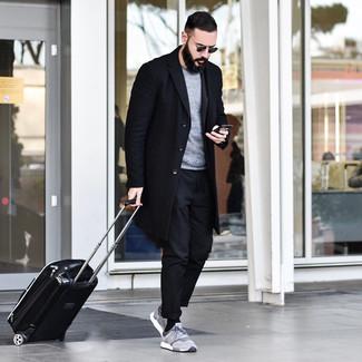 Come indossare e abbinare: soprabito nero, maglione girocollo grigio, chino neri, scarpe sportive grigie
