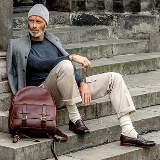 Look alla moda per uomo: Soprabito grigio, Maglione girocollo grigio scuro, Chino beige, Mocassini eleganti in pelle marrone scuro