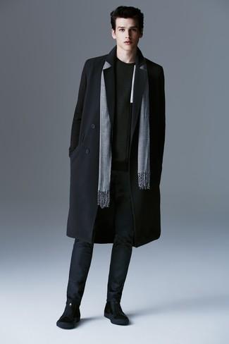 Come indossare e abbinare: soprabito nero, maglione girocollo nero, chino blu scuro, stivali chelsea in pelle scamosciata neri