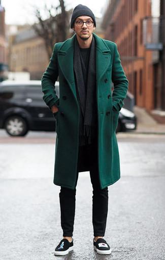 Come indossare e abbinare un maglione girocollo grigio scuro: Vestiti con un maglione girocollo grigio scuro e chino neri per un look spensierato e alla moda. Sneakers senza lacci stampate nere sono una gradevolissima scelta per completare il look.
