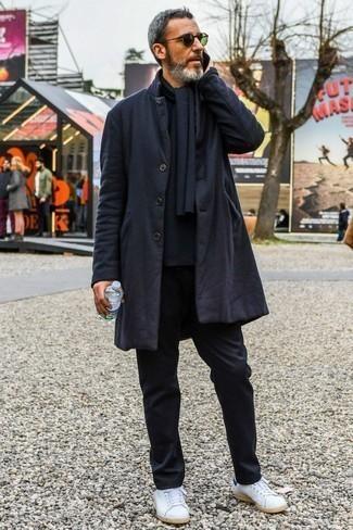 Come indossare e abbinare chino neri: Coniuga un soprabito nero con chino neri per un look davvero alla moda. Scegli un paio di sneakers basse in pelle bianche per un tocco più rilassato.