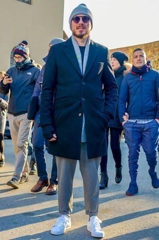 Trend da uomo 2020: Potresti indossare un soprabito blu scuro e chino grigi per un look davvero alla moda. Scegli un paio di sneakers basse in pelle bianche per avere un aspetto più rilassato.