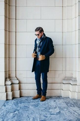 Trend da uomo 2020: Scegli un outfit composto da un soprabito blu scuro e chino blu scuro per un drink dopo il lavoro. Scegli un paio di stivali chelsea in pelle scamosciata marrone chiaro come calzature per dare un tocco classico al completo.
