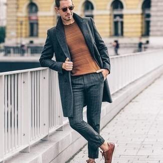 Come indossare e abbinare un maglione girocollo terracotta: Scegli un maglione girocollo terracotta e chino a quadri grigio scuro per vestirti casual. Sneakers basse in pelle marroni sono una splendida scelta per completare il look.