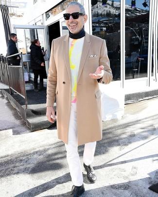 Come indossare e abbinare: soprabito marrone chiaro, maglione girocollo effetto tie-dye bianco, dolcevita nero, jeans bianchi