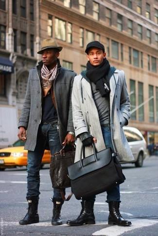 Come indossare: soprabito grigio, maglione girocollo grigio, felpa con cappuccio blu scuro, jeans blu