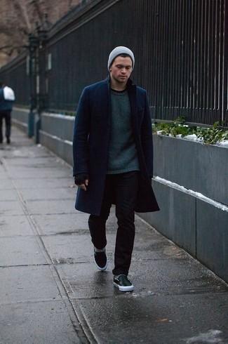 Come indossare: soprabito blu scuro, maglione girocollo verde scuro, jeans aderenti neri, sneakers senza lacci in pelle nere