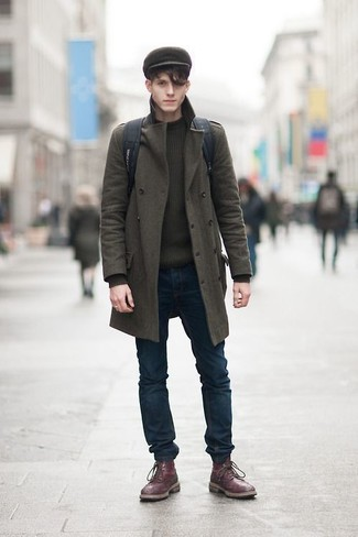 Come indossare e abbinare: soprabito verde oliva, maglione girocollo verde oliva, jeans aderenti blu scuro, stivaletti brogue in pelle bordeaux
