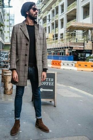 Come indossare e abbinare: soprabito a quadri grigio, maglione girocollo nero, jeans aderenti blu scuro, stivali chelsea in pelle scamosciata marrone scuro