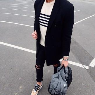 Come indossare e abbinare: soprabito blu scuro, maglione girocollo a righe orizzontali bianco e blu scuro, jeans aderenti strappati neri, sneakers basse marrone chiaro