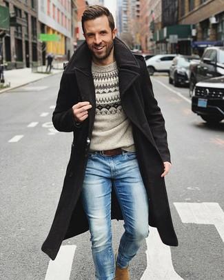 Come indossare e abbinare: soprabito nero, maglione girocollo con motivo fair isle grigio, jeans azzurri, stivali chelsea in pelle scamosciata marrone chiaro