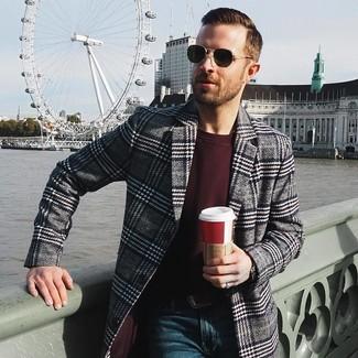 Come indossare e abbinare un maglione girocollo bordeaux: Mostra il tuo stile in un maglione girocollo bordeaux con jeans blu scuro per un look semplice, da indossare ogni giorno.