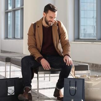 Come indossare e abbinare: soprabito marrone chiaro, maglione girocollo bordeaux, jeans neri, stivali chelsea in pelle scamosciata marrone scuro