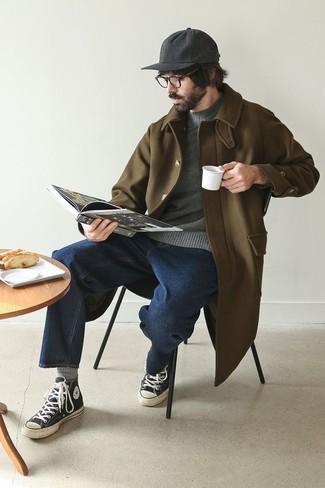 Come indossare e abbinare un maglione girocollo grigio scuro: Indossa un maglione girocollo grigio scuro e jeans blu scuro per un look trendy e alla mano. Per distinguerti dagli altri, opta per un paio di sneakers alte di tela nere e bianche.